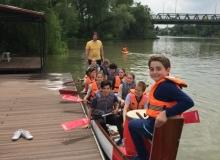 Bejárható Magyarország Programban részt vevő 6. évfolyamos gyerekek birtokukba veszik a sárkányhajót