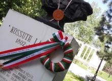 Bacskossuthfalva__Kossuth-szobor_koszoruzas